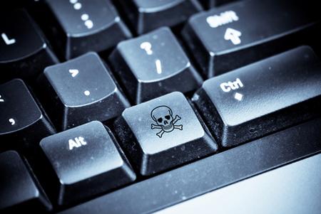 در این شرایط معمولا از کاربر خواسته میشود روی یک لینک کلیک کند یا نرمافزار آلوده را بارگذاری کند تا شرایط برای سرقت از او فراهم شود
